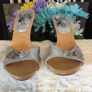 ❤️NWOT GUESS SLIDE MULE WITH SILVER  STRAP & Charm